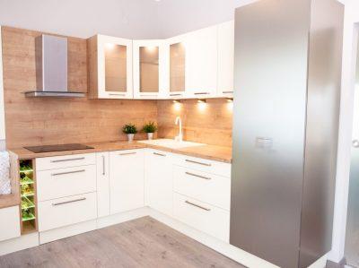Tölgy és bézs modern konyha
