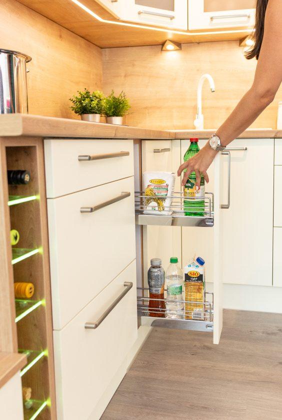 Fehér és bézs modern konyha tároló