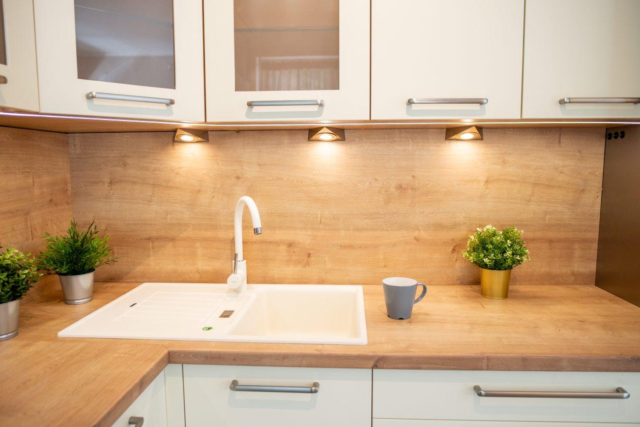 Fehér és bézs modern konyha LED lámpákkal