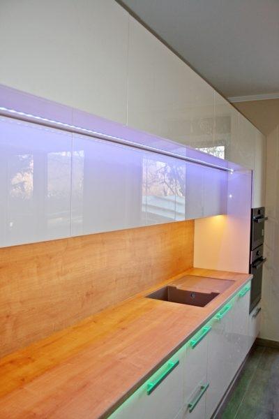Letisztult, egyedi konyhabútor színes LED csíkkal