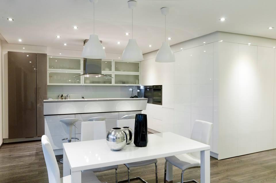 Modern fehér konyha erősfényű LED lámpákkal