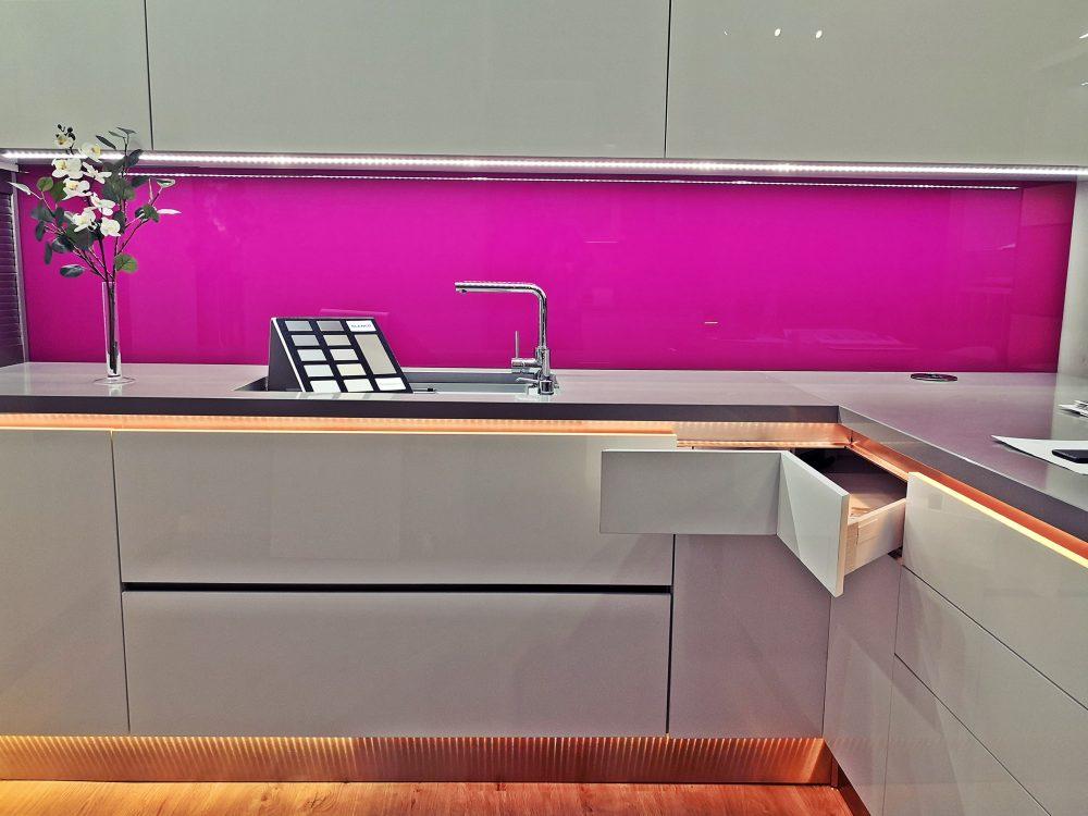 Pink és fehér konyha LED szalaggal
